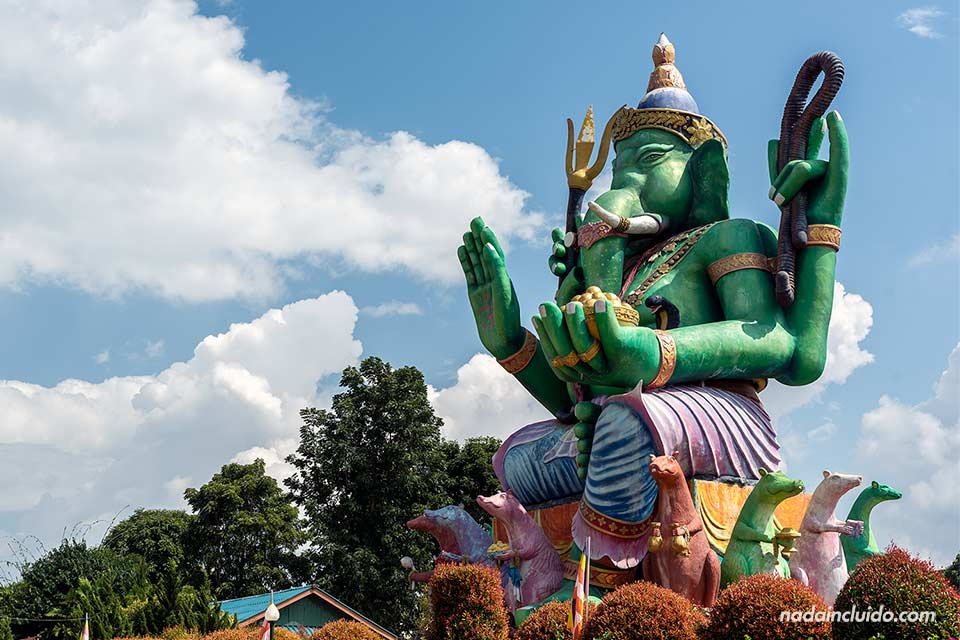 Estatua de Ghanesa en el templo Wat Saeng Kaeo Phothiyan de Chiang Rai (Tailandia)