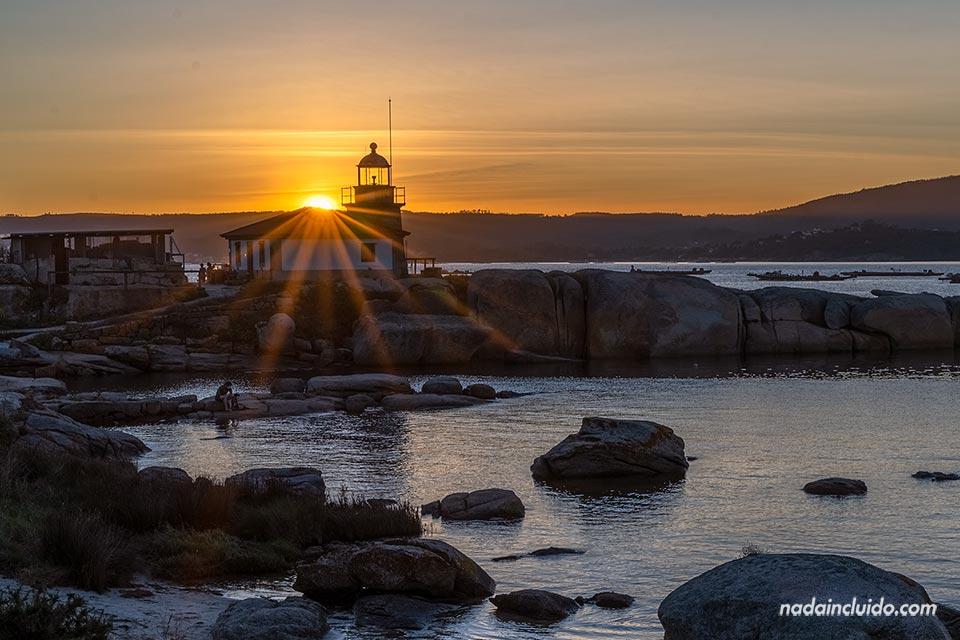 Atardece sobre el faro Punta Cabalo de illa de Arousa (Galicia)