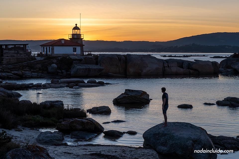 Viendo el atardecer junto al faro Punta Cabalo de illa de Arousa (Galicia)