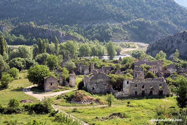 Vista desde lejos del pueblo abandonado de Jánovas, en el Sobrarbe (Aragón)