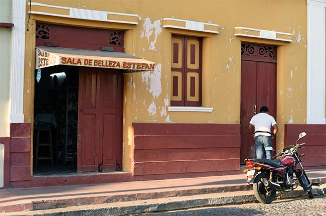 Fachada del Salón de belleza Esteban en León (Nicaragua)