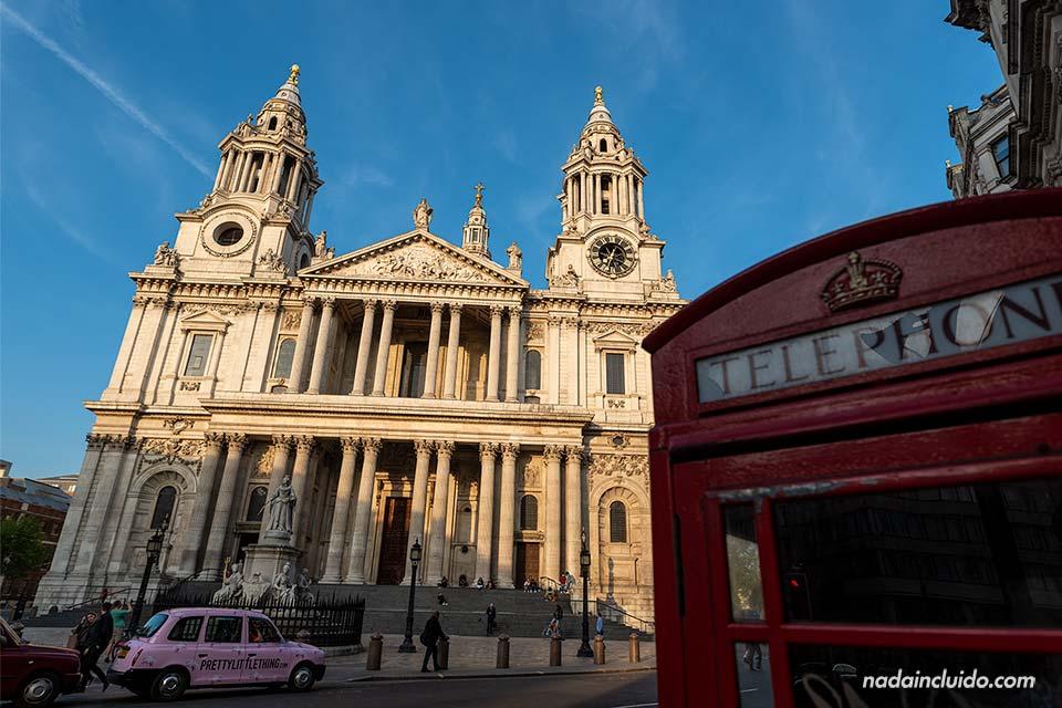 Cabina roja junto a la catedral de St Paul (San Pablo) en Londres (Inglaterra)