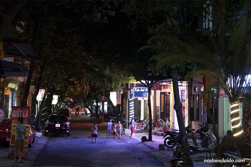 Calle de Ninh Binh por la noche (Vietnam)