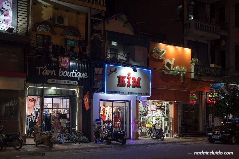 Varias tiendas iluminadas durante la noche en Ninh Binh (Vietnam)