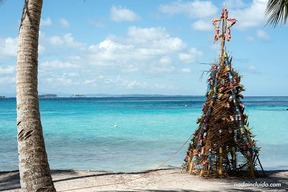 Árbol de Navidad en la isla Perro Chico, en el archipiélago de San Blas (Panamá
