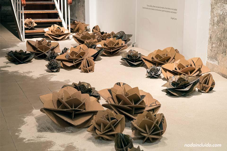Flores de cartón en el Museo de Arte y Diseño Contemporáneo, San José (Costa Rica)