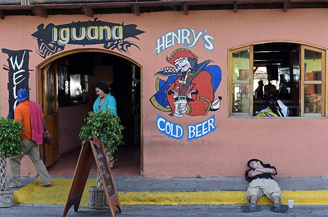 Borracho en la puerta del Restaurante Iguana de San Juan del Sur (Nicaragua)