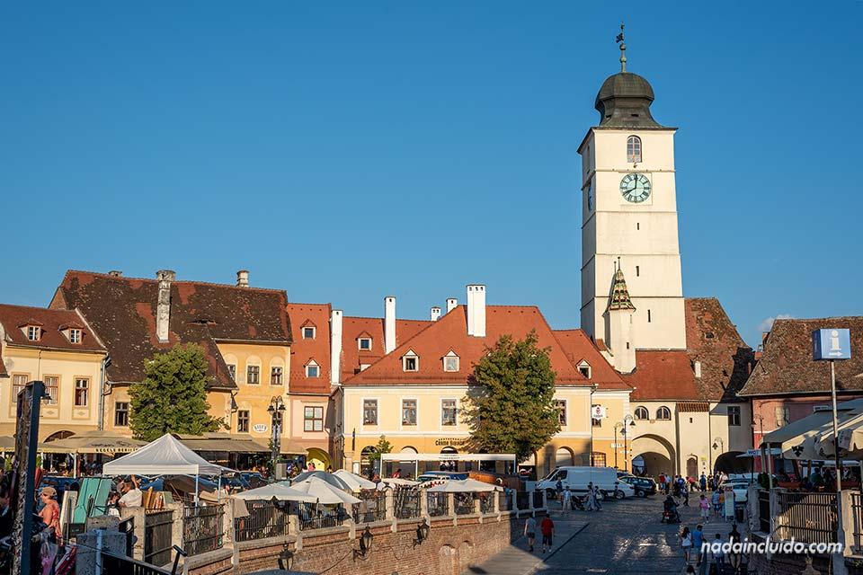 Torre del Reloj en el centro histórico de Sibiu (Rumanía)