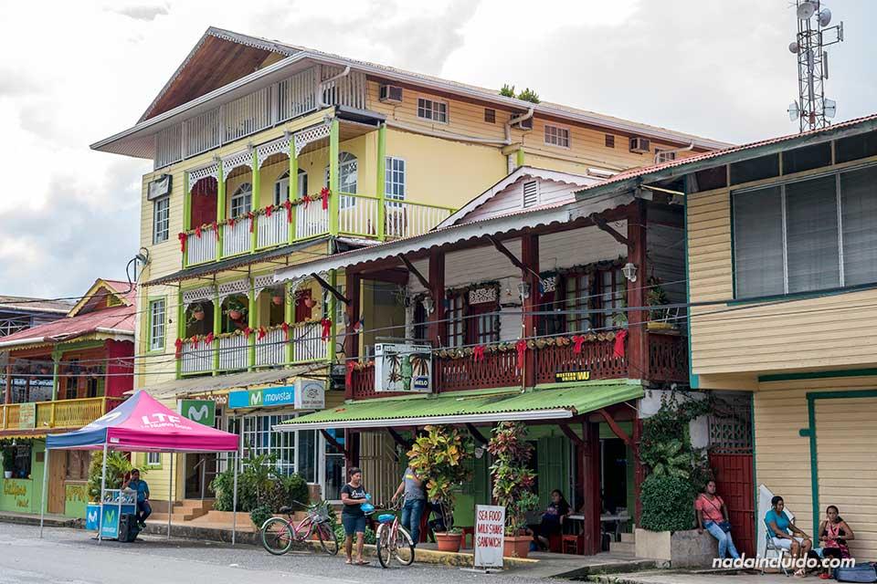 Calle de Bocas Town, la ciudad más importante de isla Colón (Bocas del Toro, Panamá)