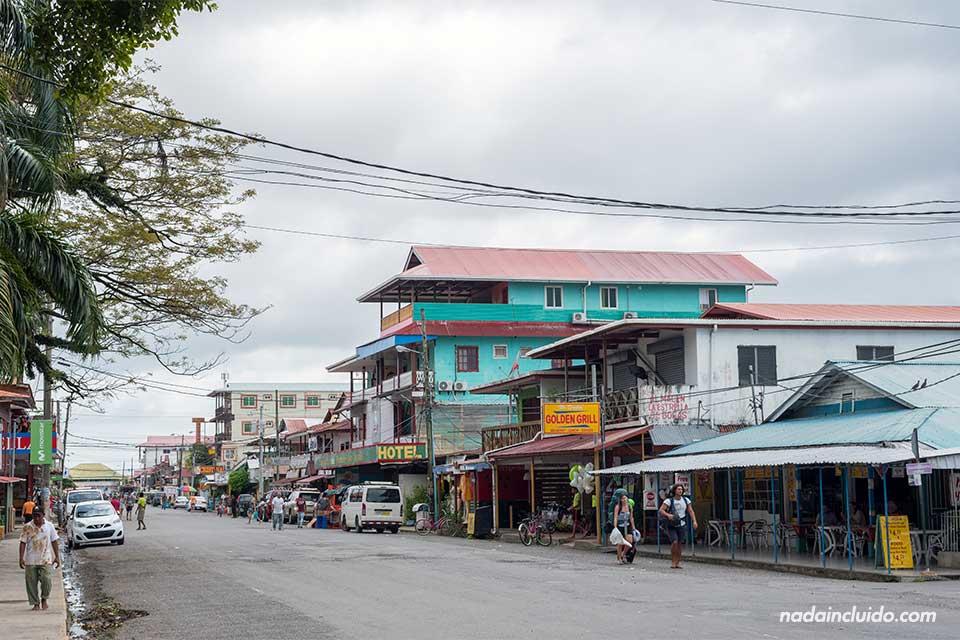 Una de las calles principales de Bocas Town, la ciudad más importante de Bocas del Toro (isla Colón, Panamá)