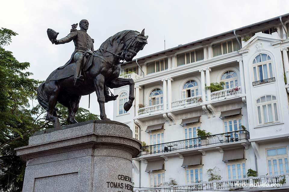Estatua del general Tomás Herrera en la plaza del mismo nombre en ciudad de Panamá
