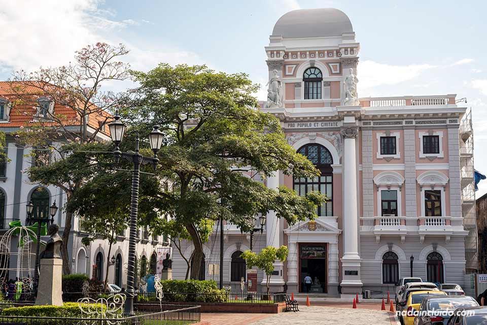 Palacio municipal en la Plaza de la Independencia del casco antiguo de ciudad de Panamá