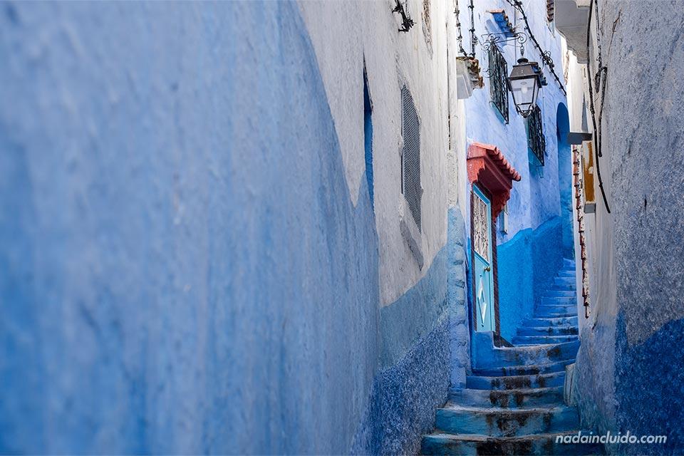 Callejón estrecho en la medina de Chefchaouen (Marruecos)