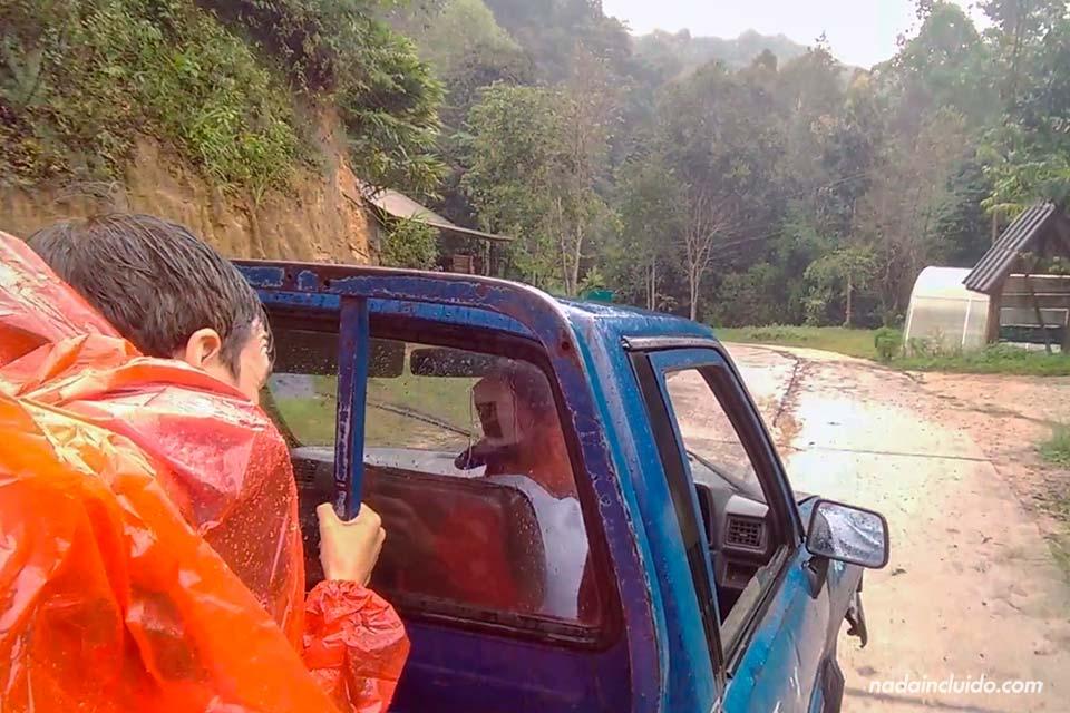 Recorriendo en furgoneta bajo la lluvia en el parque nacional de Khun Chae (Chiang Rai, Tailandia)