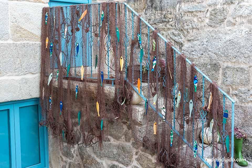 Barandilla decorada con una red de pesca en Combarro (Galicia, España)