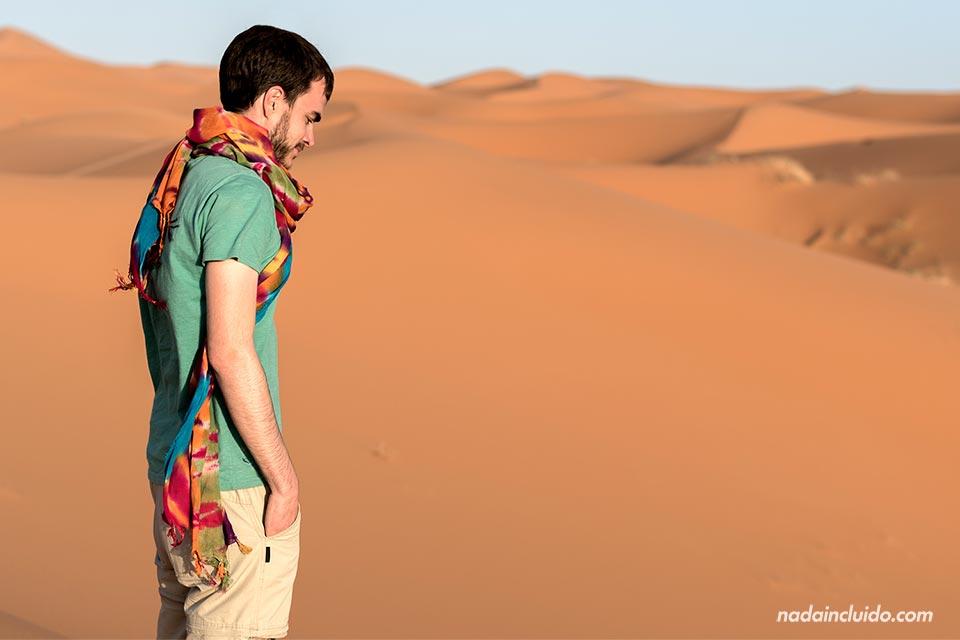 Reflexivo en el desierto del Sáhara (Marruecos)