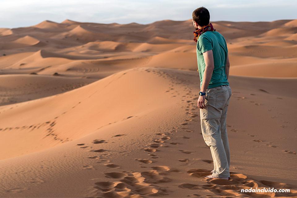 Caminando en el desierto del Sáhara (Marruecos)