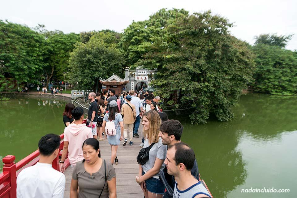 Turistas en el puente Huc sobre el Lago Hoank Kiem (Hanoi, Vietnam)