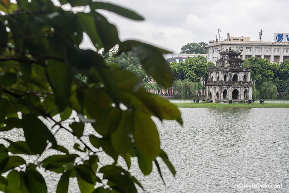 Thap Rua sobre el lago Hoan Kiem de Hanoi (Vietnam)