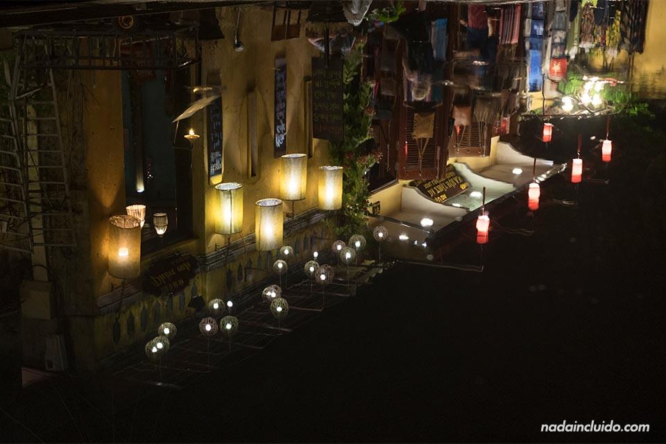 Un edificio de la calle Bach Dang se refleja en un charco, Hoi An (Vietnam)