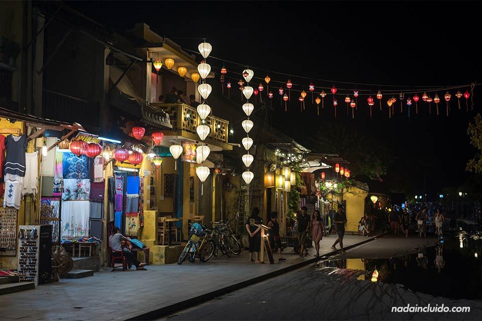 Iluminación nocturna de la calle Bach Dang, en Hoi An (Vietnam)