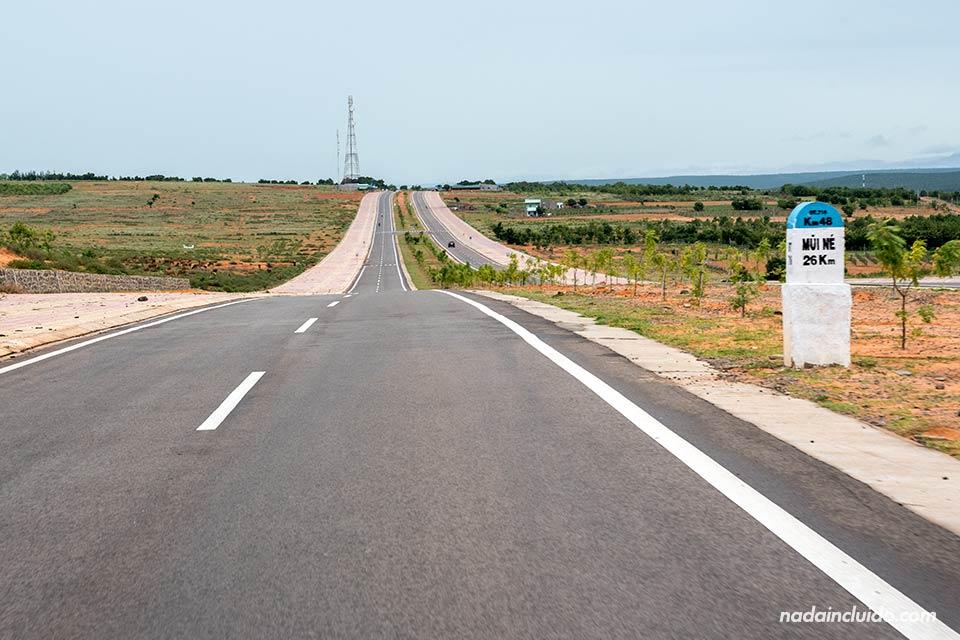 Carretera de camino a las White San Dunes, Mui Ne (Vietnam)