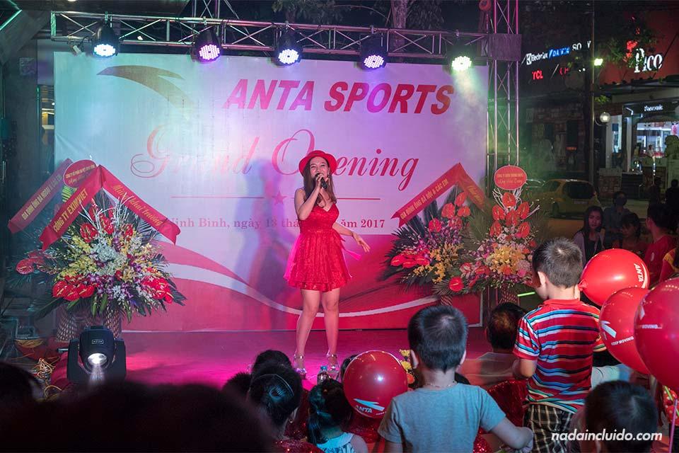Una vietnamita canta en la inauguración de la tienda Anta Sports en Ninh Binh (Vietnam)