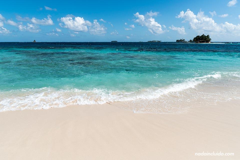 Arena blanca y lisa en la Isla Perro Chico, en el archipiélago de San Blas (Panamá)