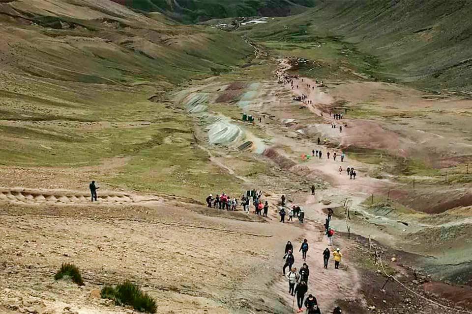 Turistas en el camino a Vinicunca, la montaña de los 7 colores (Perú)