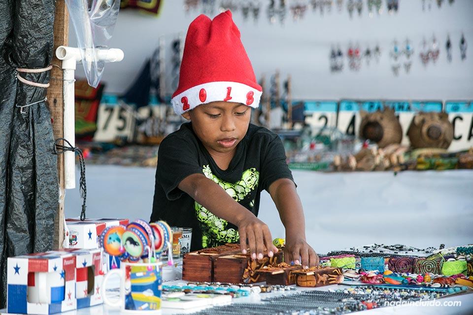 Niños atiende en el mercado de las artesanías de ciudad de Panamá