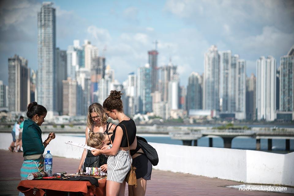 Turistas comprando en el mercado de las artesanías de ciudad de Panamá
