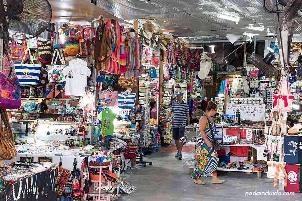 Mercado de las artesanías en el casco antiguo de ciudad de Panamá