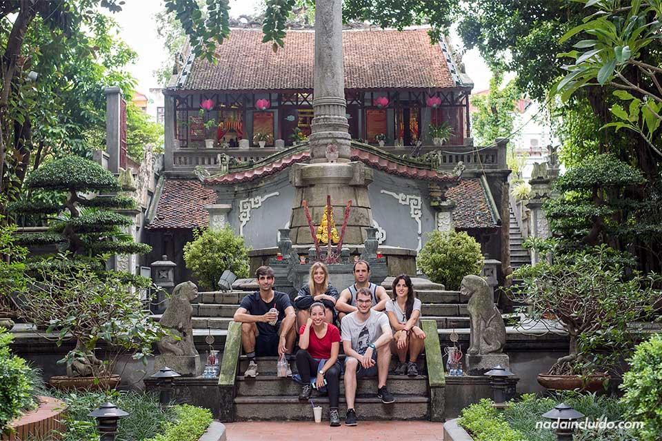 En el templo Đình Nam Hương, uno de los lugares para ver en Hanoi (Vietnam)