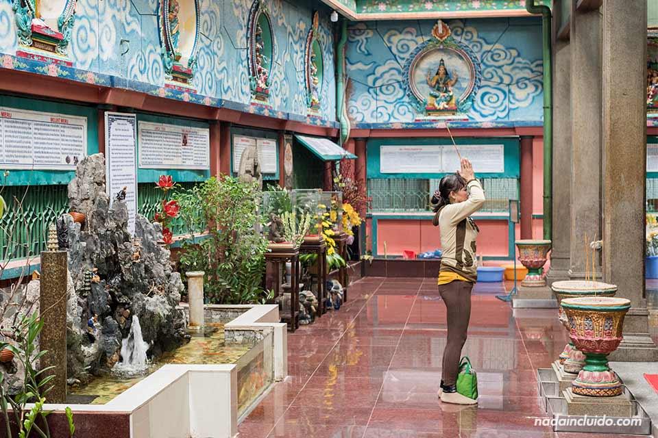 Señora reza en el templo hindú Mariamman de Ho Chi Minh (Vietnam)