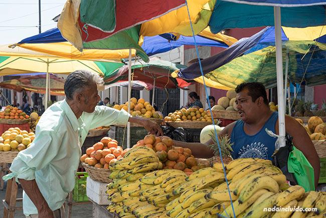 Puesto de venta de frutas en León (Nicaragua)