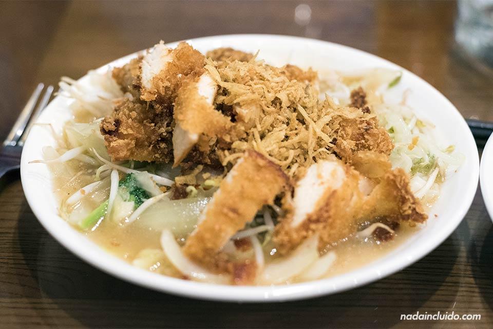 Comiendo un plato vietnamita en un restaurante Coffe Phong de Ninh Binh (Vietnam)