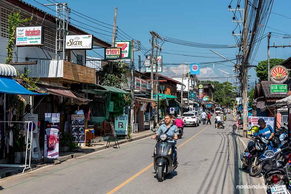 Una moto por una de las calles comerciales de Pai (Tailandia)