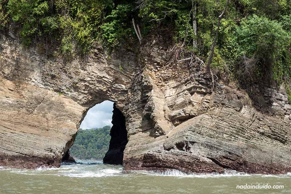 Cueva en la roca de playa Ventanas (Costa Rica)