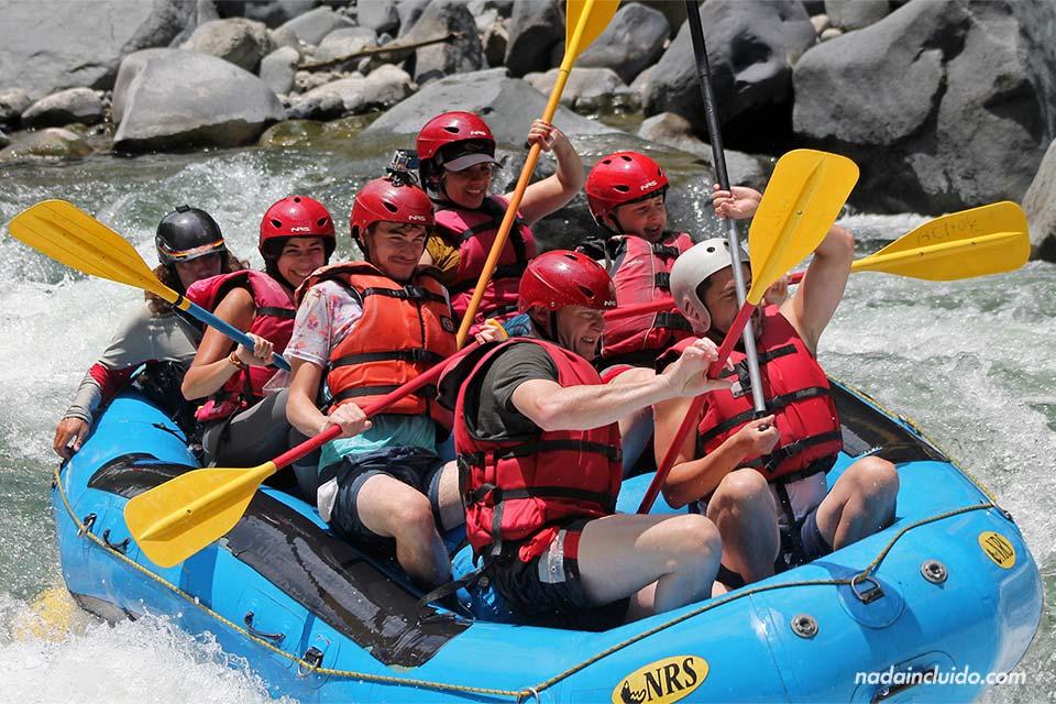 Haciendo Rafting en el Río Pacuare, en Costa Rica
