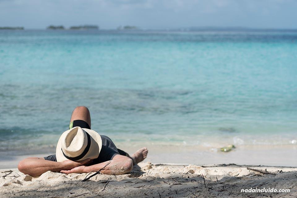 Turista en la isla Perro Chico, archipiélago de San Blas (Panamá