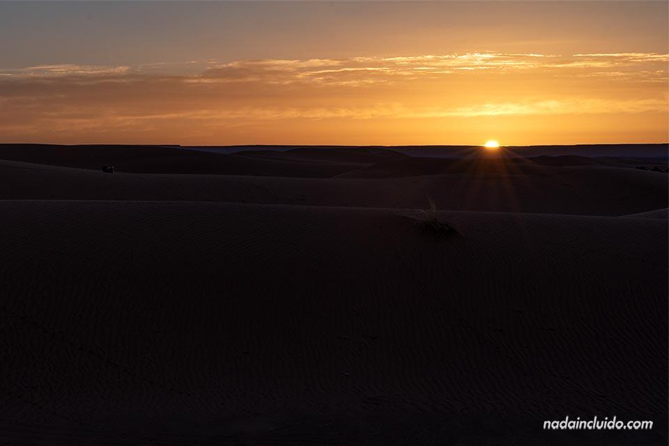 Amanecer en las dunas de Erg Chebbi, desierto de Marruecos