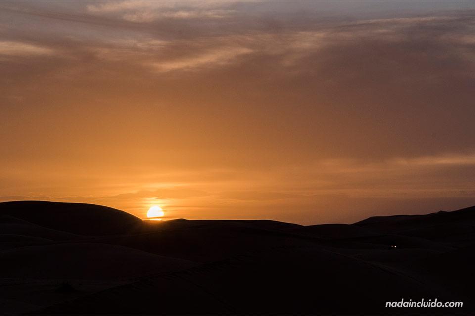 Sol de atardecer en el desierto del Sáhara (Marruecos)