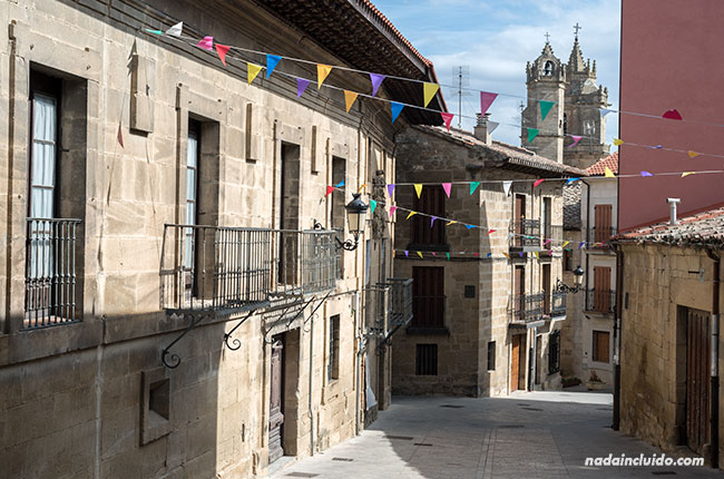 Calle de Elciego con vista a las torres de la Iglesia de San Andrés (País Vasco, España)