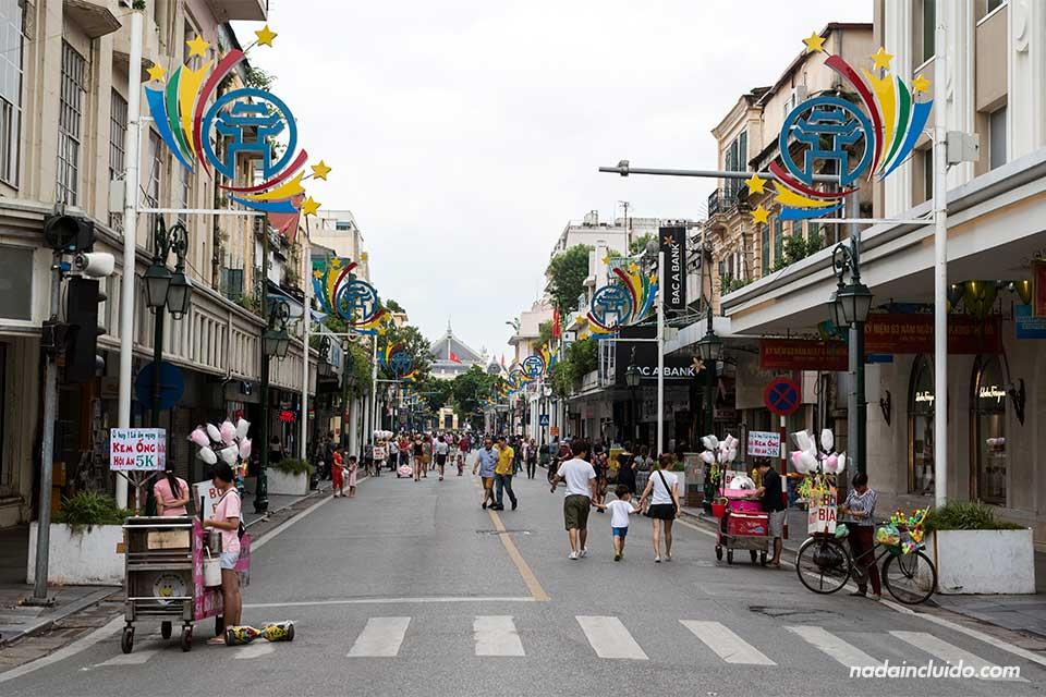 Calle Trang Tien, en el centro de Hanoi (Vietnam)