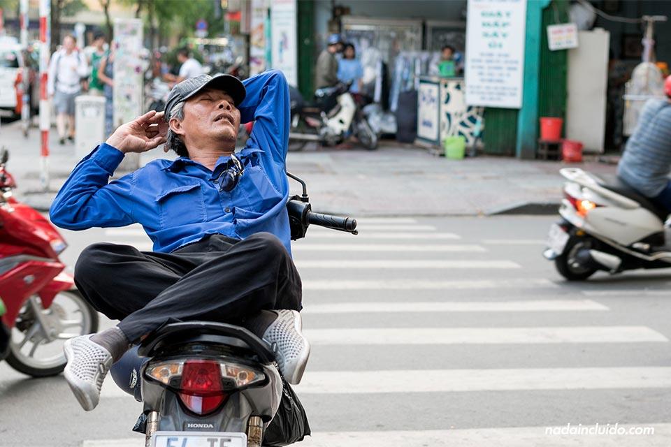 Durmiendo sobre su moto en Ho Chi Minh (Vietnam)