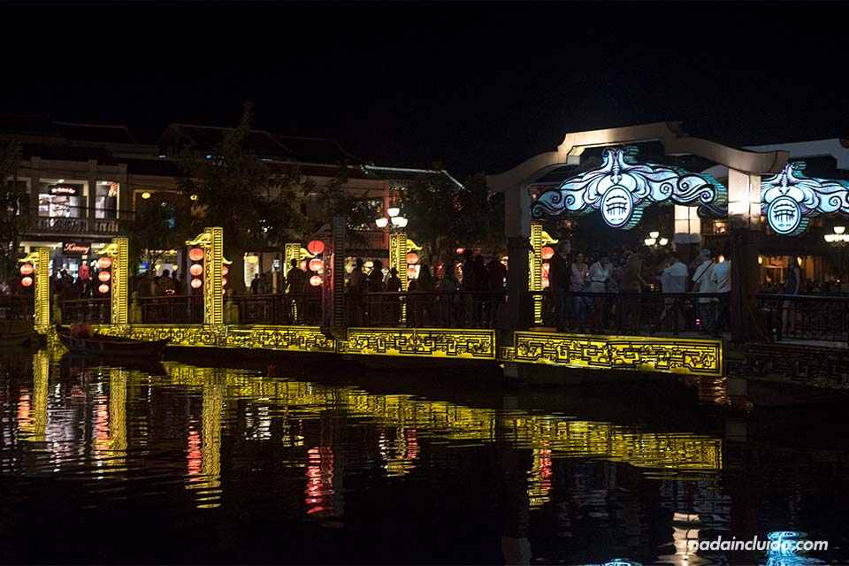 Luces sobre el puente Cau An Hoi, en Hoi An (Vietnam)