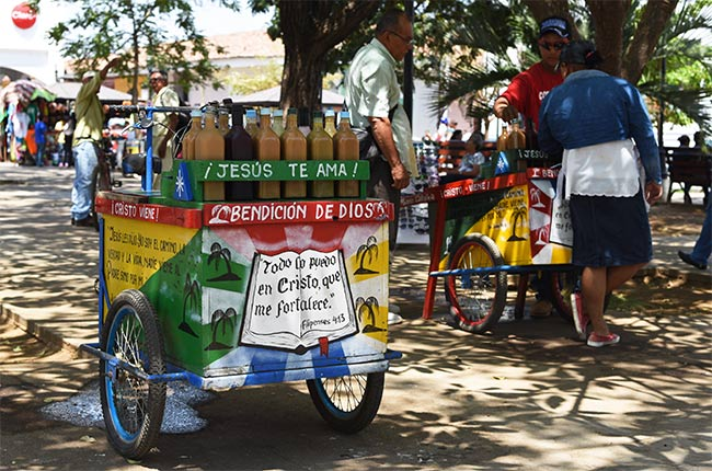 Carrito de bebidas adornado con motivos religiosos en León (Nicaragua)