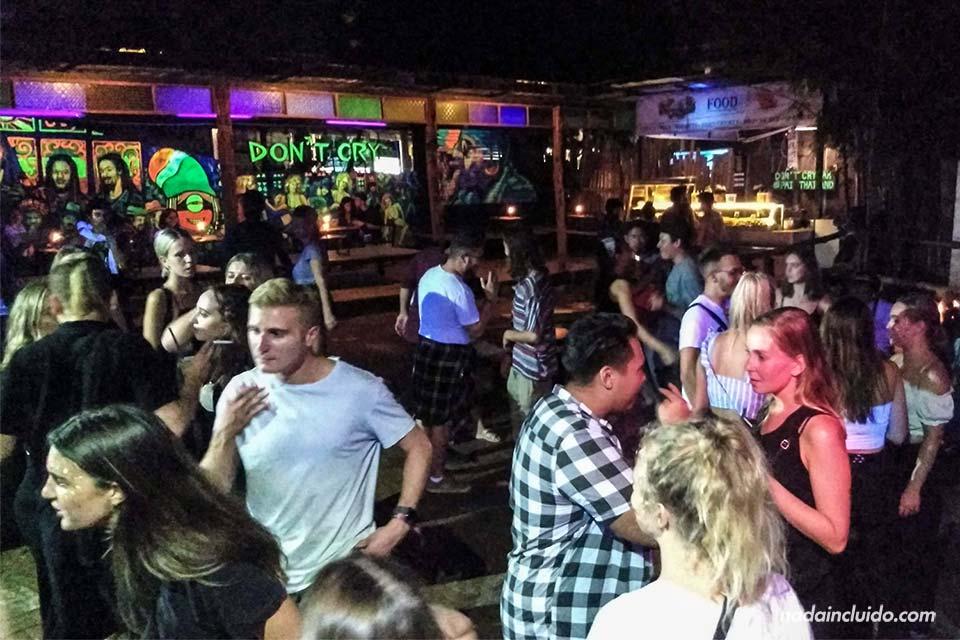 Noche de fiesta en la discoteca Don't Cry de Pai (Tailandia)