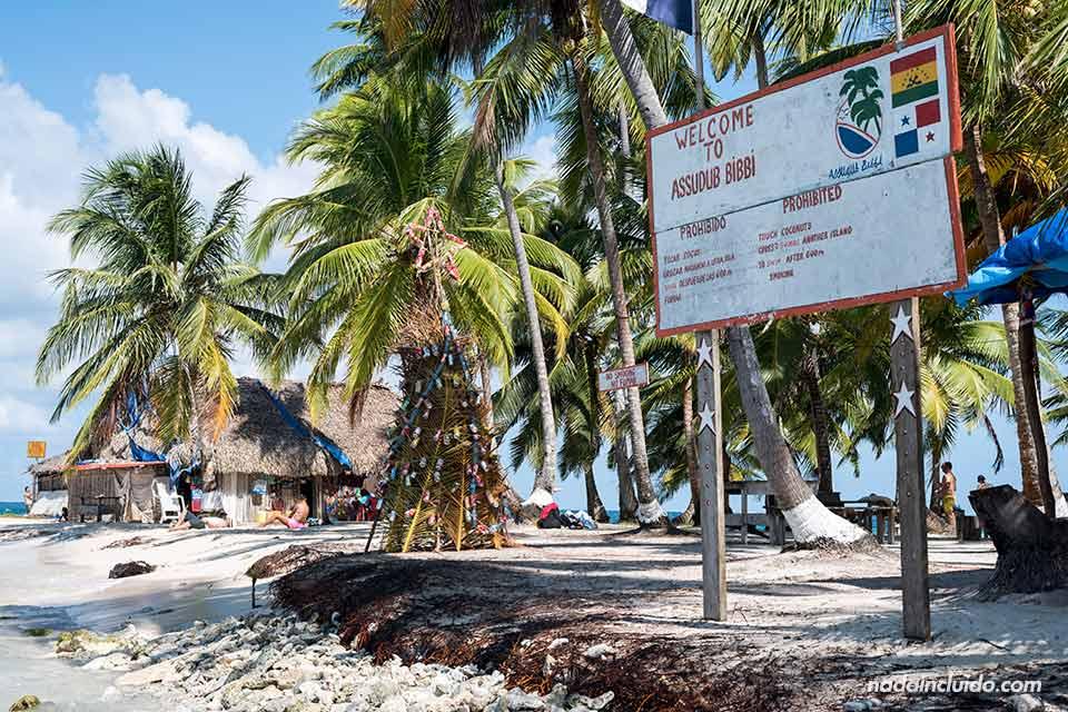 Cartel de bienvenida a la Isla Perro Chico, en el archipiélago de San Blas (Panamá)