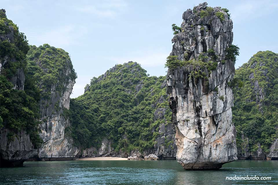Una gran roca se sostiene sobre el agua en la Bahía de Lan Ha (Vietnam)